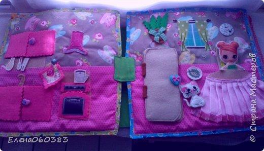 Развивающая книжка-домик из фетра для маленькой девочки Марины. Размер страниц 25*25 см. Ткань основа-немецкий хлопок. Съемные детали и аппликация из фетра. Домик-книжка имеет 4 разворота (спальня+гардероб, кухня+столовая, ванна, игровая площадка). Обложка выполнена в виде домика, где живет куколка. У куколки есть домашний питомец котенок, который тоже живет в домике. Куколка имеет гардероб и часто любит переодеваться. Также куколка любит готовить и имеет на кухне все необходимое. На обратной стороне книжки -карман с замком, куда мама может положить Марине конфетку или сюрприз. Также в кармашке можно хранить куколку и другие съемные детали. Книжка содержи 53 съемные детали.  фото 7