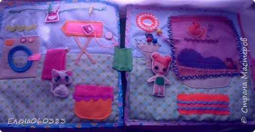 Развивающая книжка-домик из фетра для маленькой девочки Марины. Размер страниц 25*25 см. Ткань основа-немецкий хлопок. Съемные детали и аппликация из фетра. Домик-книжка имеет 4 разворота (спальня+гардероб, кухня+столовая, ванна, игровая площадка). Обложка выполнена в виде домика, где живет куколка. У куколки есть домашний питомец котенок, который тоже живет в домике. Куколка имеет гардероб и часто любит переодеваться. Также куколка любит готовить и имеет на кухне все необходимое. На обратной стороне книжки -карман с замком, куда мама может положить Марине конфетку или сюрприз. Также в кармашке можно хранить куколку и другие съемные детали. Книжка содержи 53 съемные детали.  фото 10