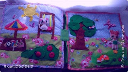 Развивающая книжка-домик из фетра для маленькой девочки Марины. Размер страниц 25*25 см. Ткань основа-немецкий хлопок. Съемные детали и аппликация из фетра. Домик-книжка имеет 4 разворота (спальня+гардероб, кухня+столовая, ванна, игровая площадка). Обложка выполнена в виде домика, где живет куколка. У куколки есть домашний питомец котенок, который тоже живет в домике. Куколка имеет гардероб и часто любит переодеваться. Также куколка любит готовить и имеет на кухне все необходимое. На обратной стороне книжки -карман с замком, куда мама может положить Марине конфетку или сюрприз. Также в кармашке можно хранить куколку и другие съемные детали. Книжка содержи 53 съемные детали.  фото 13