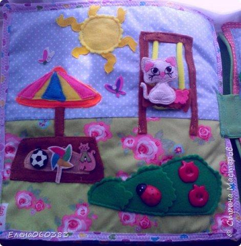 Развивающая книжка-домик из фетра для маленькой девочки Марины. Размер страниц 25*25 см. Ткань основа-немецкий хлопок. Съемные детали и аппликация из фетра. Домик-книжка имеет 4 разворота (спальня+гардероб, кухня+столовая, ванна, игровая площадка). Обложка выполнена в виде домика, где живет куколка. У куколки есть домашний питомец котенок, который тоже живет в домике. Куколка имеет гардероб и часто любит переодеваться. Также куколка любит готовить и имеет на кухне все необходимое. На обратной стороне книжки -карман с замком, куда мама может положить Марине конфетку или сюрприз. Также в кармашке можно хранить куколку и другие съемные детали. Книжка содержи 53 съемные детали.  фото 14