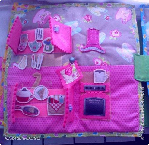 Развивающая книжка-домик из фетра для маленькой девочки Марины. Размер страниц 25*25 см. Ткань основа-немецкий хлопок. Съемные детали и аппликация из фетра. Домик-книжка имеет 4 разворота (спальня+гардероб, кухня+столовая, ванна, игровая площадка). Обложка выполнена в виде домика, где живет куколка. У куколки есть домашний питомец котенок, который тоже живет в домике. Куколка имеет гардероб и часто любит переодеваться. Также куколка любит готовить и имеет на кухне все необходимое. На обратной стороне книжки -карман с замком, куда мама может положить Марине конфетку или сюрприз. Также в кармашке можно хранить куколку и другие съемные детали. Книжка содержи 53 съемные детали.  фото 9