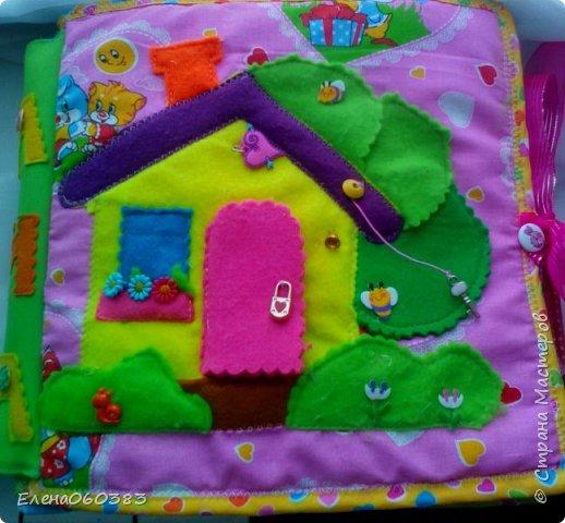 Развивающая книжка-домик из фетра для маленькой девочки Марины. Размер страниц 25*25 см. Ткань основа-немецкий хлопок. Съемные детали и аппликация из фетра. Домик-книжка имеет 4 разворота (спальня+гардероб, кухня+столовая, ванна, игровая площадка). Обложка выполнена в виде домика, где живет куколка. У куколки есть домашний питомец котенок, который тоже живет в домике. Куколка имеет гардероб и часто любит переодеваться. Также куколка любит готовить и имеет на кухне все необходимое. На обратной стороне книжки -карман с замком, куда мама может положить Марине конфетку или сюрприз. Также в кармашке можно хранить куколку и другие съемные детали. Книжка содержи 53 съемные детали.  фото 2