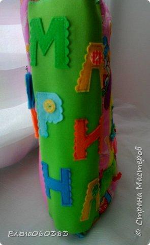 Развивающая книжка-домик из фетра для маленькой девочки Марины. Размер страниц 25*25 см. Ткань основа-немецкий хлопок. Съемные детали и аппликация из фетра. Домик-книжка имеет 4 разворота (спальня+гардероб, кухня+столовая, ванна, игровая площадка). Обложка выполнена в виде домика, где живет куколка. У куколки есть домашний питомец котенок, который тоже живет в домике. Куколка имеет гардероб и часто любит переодеваться. Также куколка любит готовить и имеет на кухне все необходимое. На обратной стороне книжки -карман с замком, куда мама может положить Марине конфетку или сюрприз. Также в кармашке можно хранить куколку и другие съемные детали. Книжка содержи 53 съемные детали.  фото 3