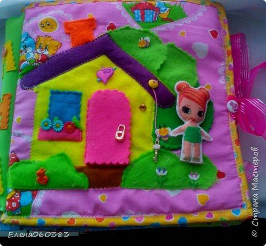 Развивающая книжка-домик из фетра для маленькой девочки Марины. Размер страниц 25*25 см. Ткань основа-немецкий хлопок. Съемные детали и аппликация из фетра. Домик-книжка имеет 4 разворота (спальня+гардероб, кухня+столовая, ванна, игровая площадка). Обложка выполнена в виде домика, где живет куколка. У куколки есть домашний питомец котенок, который тоже живет в домике. Куколка имеет гардероб и часто любит переодеваться. Также куколка любит готовить и имеет на кухне все необходимое. На обратной стороне книжки -карман с замком, куда мама может положить Марине конфетку или сюрприз. Также в кармашке можно хранить куколку и другие съемные детали. Книжка содержи 53 съемные детали.  фото 1