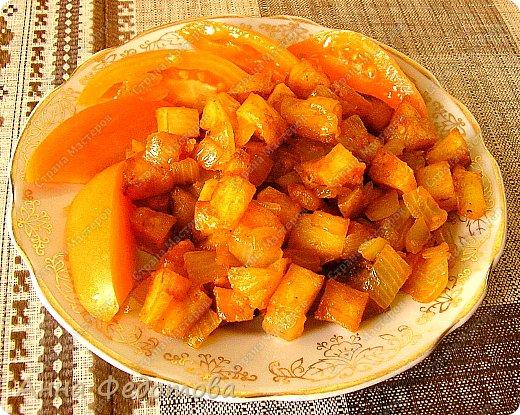 Это блюдо можно готовить в двух вариантах — постный и непостный. В любом случае получается очень вкусно! На фото - постный вариант.  Рецепт на 2 порции:  Картофель — 800 г очищенного Лук — 300 г Сладкий перец — 100-120 г (1 средний перец) Растительное масло — 75 г  Для соуса:  Помидор — 100-120 г (1 небольшой помидор) — можно заменить 1 ч. л. томатной пасты, смешанной со 100 г воды Чеснок — 2 зубчика Соль — 4/5 ч. л. (неполная чайная ложка) - для непостного варианта соли добавлять немного меньше, так как плавленый сырок солёный Специи, какие вам нравятся (я использовала готовую приправу для картофеля, в составе которой перец чёрный молотый, лавровый лист молотый, майоран, базилик, петрушка сушёная, семя укропа, куркума, горчичное семя, лук сушёный)  Для непостного варианта дополнительно:  Яйца — 2 шт. Плавленый сырок — 1 шт. Картофеля берём на 200 г меньше фото 1