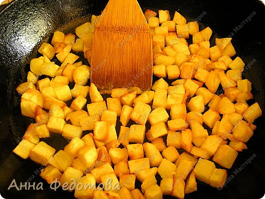 Это блюдо можно готовить в двух вариантах — постный и непостный. В любом случае получается очень вкусно! На фото - постный вариант.  Рецепт на 2 порции:  Картофель — 800 г очищенного Лук — 300 г Сладкий перец — 100-120 г (1 средний перец) Растительное масло — 75 г  Для соуса:  Помидор — 100-120 г (1 небольшой помидор) — можно заменить 1 ч. л. томатной пасты, смешанной со 100 г воды Чеснок — 2 зубчика Соль — 4/5 ч. л. (неполная чайная ложка) - для непостного варианта соли добавлять немного меньше, так как плавленый сырок солёный Специи, какие вам нравятся (я использовала готовую приправу для картофеля, в составе которой перец чёрный молотый, лавровый лист молотый, майоран, базилик, петрушка сушёная, семя укропа, куркума, горчичное семя, лук сушёный)  Для непостного варианта дополнительно:  Яйца — 2 шт. Плавленый сырок — 1 шт. Картофеля берём на 200 г меньше фото 3