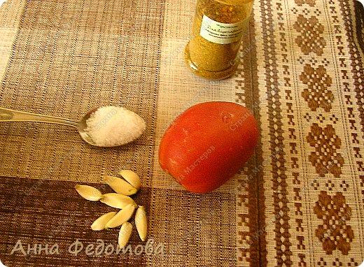 Это блюдо можно готовить в двух вариантах — постный и непостный. В любом случае получается очень вкусно! На фото - постный вариант.  Рецепт на 2 порции:  Картофель — 800 г очищенного Лук — 300 г Сладкий перец — 100-120 г (1 средний перец) Растительное масло — 75 г  Для соуса:  Помидор — 100-120 г (1 небольшой помидор) — можно заменить 1 ч. л. томатной пасты, смешанной со 100 г воды Чеснок — 2 зубчика Соль — 4/5 ч. л. (неполная чайная ложка) - для непостного варианта соли добавлять немного меньше, так как плавленый сырок солёный Специи, какие вам нравятся (я использовала готовую приправу для картофеля, в составе которой перец чёрный молотый, лавровый лист молотый, майоран, базилик, петрушка сушёная, семя укропа, куркума, горчичное семя, лук сушёный)  Для непостного варианта дополнительно:  Яйца — 2 шт. Плавленый сырок — 1 шт. Картофеля берём на 200 г меньше фото 9
