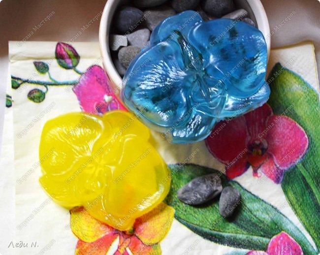 Доброе время суток, уважаемые обитатели СМ!  Тут скопились у меня цветочки разные, рисованные и для декора приспособленные, а также мыльные, которые я по забывчивости или в силу иных причин не показывала.  Итак - осторожно - ЦВЕТЫ!  Мисочка с одуванами. Роспись на стекле витражными красками. Вечный мой рисунок стилизованный - и так его использую, и эдак - а всё не надоедает! Есть в этом, право слово, что-то маниакальное! По пока локализованные изображениями одуванчиков.  С одной стороны одуванчики черные с белым фото 6