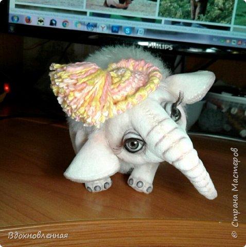 Я очень люблю слоников! Вдохновляюсь я фотографиями слонят в живой природе, сохраняю фото в папочку, а когда проссматриваю - улыбка сама расплывается по лицу и хочется потянуться рукой и дотронуться, и никому не дать в обиду.. Вот в таких эмоциях, и родился у меня слоненок Прошенька. Нежный, почти ванильный, беленький, с розовыми щечками)) Ну прям такой, о котором и мечатала! Проша так мило играл с залетевшими к нам бабочками! Ему было так интересно! Настоящий ребенок, который хочет познавать этот яркий и многоликий мир! И как хочется, что бы на его пути, как и на пути каждого ребенка, было добро и любовь...  У Прошеньки подвижная голова и ножки. Тельце сшито из мохера, а части тела с коротким ворсом - из миништофа. Ноготки на ножках и веки сделаны из натуральной кожи. Хвостик на проволочном каркасе. Люблю этого солнечного ребенка! фото 26