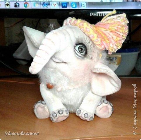 Я очень люблю слоников! Вдохновляюсь я фотографиями слонят в живой природе, сохраняю фото в папочку, а когда проссматриваю - улыбка сама расплывается по лицу и хочется потянуться рукой и дотронуться, и никому не дать в обиду.. Вот в таких эмоциях, и родился у меня слоненок Прошенька. Нежный, почти ванильный, беленький, с розовыми щечками)) Ну прям такой, о котором и мечатала! Проша так мило играл с залетевшими к нам бабочками! Ему было так интересно! Настоящий ребенок, который хочет познавать этот яркий и многоликий мир! И как хочется, что бы на его пути, как и на пути каждого ребенка, было добро и любовь...  У Прошеньки подвижная голова и ножки. Тельце сшито из мохера, а части тела с коротким ворсом - из миништофа. Ноготки на ножках и веки сделаны из натуральной кожи. Хвостик на проволочном каркасе. Люблю этого солнечного ребенка! фото 23