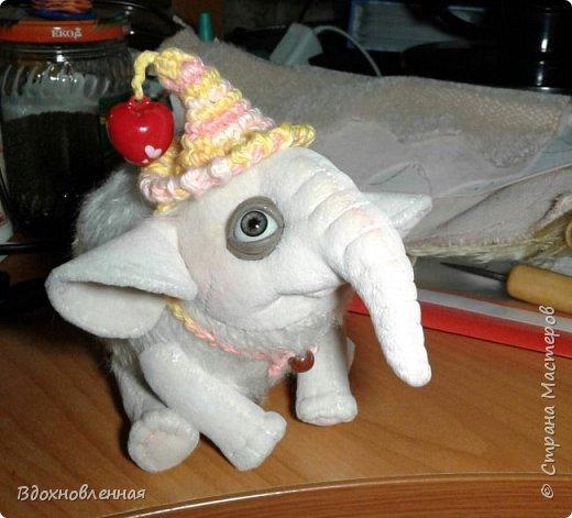 Я очень люблю слоников! Вдохновляюсь я фотографиями слонят в живой природе, сохраняю фото в папочку, а когда проссматриваю - улыбка сама расплывается по лицу и хочется потянуться рукой и дотронуться, и никому не дать в обиду.. Вот в таких эмоциях, и родился у меня слоненок Прошенька. Нежный, почти ванильный, беленький, с розовыми щечками)) Ну прям такой, о котором и мечатала! Проша так мило играл с залетевшими к нам бабочками! Ему было так интересно! Настоящий ребенок, который хочет познавать этот яркий и многоликий мир! И как хочется, что бы на его пути, как и на пути каждого ребенка, было добро и любовь...  У Прошеньки подвижная голова и ножки. Тельце сшито из мохера, а части тела с коротким ворсом - из миништофа. Ноготки на ножках и веки сделаны из натуральной кожи. Хвостик на проволочном каркасе. Люблю этого солнечного ребенка! фото 20