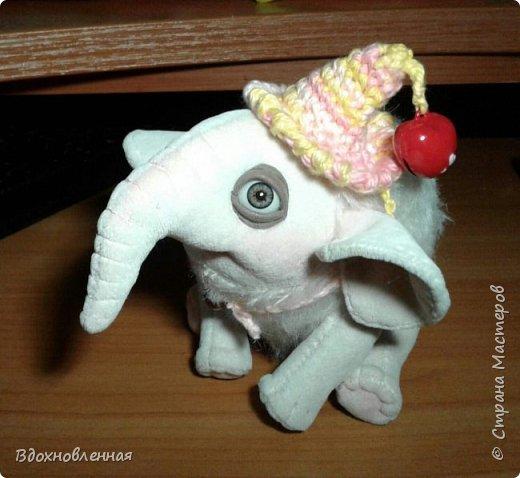 Я очень люблю слоников! Вдохновляюсь я фотографиями слонят в живой природе, сохраняю фото в папочку, а когда проссматриваю - улыбка сама расплывается по лицу и хочется потянуться рукой и дотронуться, и никому не дать в обиду.. Вот в таких эмоциях, и родился у меня слоненок Прошенька. Нежный, почти ванильный, беленький, с розовыми щечками)) Ну прям такой, о котором и мечатала! Проша так мило играл с залетевшими к нам бабочками! Ему было так интересно! Настоящий ребенок, который хочет познавать этот яркий и многоликий мир! И как хочется, что бы на его пути, как и на пути каждого ребенка, было добро и любовь...  У Прошеньки подвижная голова и ножки. Тельце сшито из мохера, а части тела с коротким ворсом - из миништофа. Ноготки на ножках и веки сделаны из натуральной кожи. Хвостик на проволочном каркасе. Люблю этого солнечного ребенка! фото 19