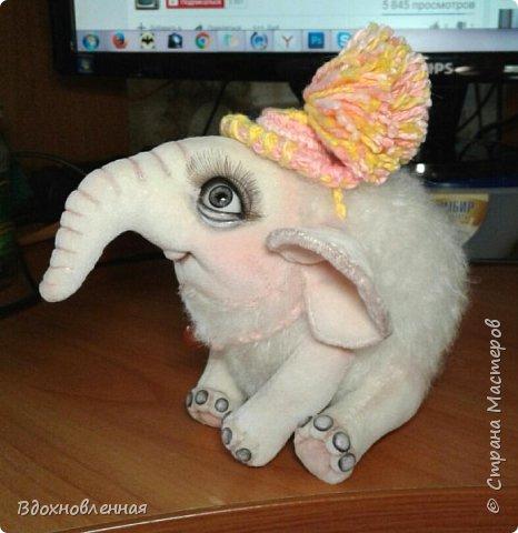 Я очень люблю слоников! Вдохновляюсь я фотографиями слонят в живой природе, сохраняю фото в папочку, а когда проссматриваю - улыбка сама расплывается по лицу и хочется потянуться рукой и дотронуться, и никому не дать в обиду.. Вот в таких эмоциях, и родился у меня слоненок Прошенька. Нежный, почти ванильный, беленький, с розовыми щечками)) Ну прям такой, о котором и мечатала! Проша так мило играл с залетевшими к нам бабочками! Ему было так интересно! Настоящий ребенок, который хочет познавать этот яркий и многоликий мир! И как хочется, что бы на его пути, как и на пути каждого ребенка, было добро и любовь...  У Прошеньки подвижная голова и ножки. Тельце сшито из мохера, а части тела с коротким ворсом - из миништофа. Ноготки на ножках и веки сделаны из натуральной кожи. Хвостик на проволочном каркасе. Люблю этого солнечного ребенка! фото 29