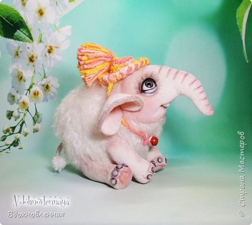 Я очень люблю слоников! Вдохновляюсь я фотографиями слонят в живой природе, сохраняю фото в папочку, а когда проссматриваю - улыбка сама расплывается по лицу и хочется потянуться рукой и дотронуться, и никому не дать в обиду.. Вот в таких эмоциях, и родился у меня слоненок Прошенька. Нежный, почти ванильный, беленький, с розовыми щечками)) Ну прям такой, о котором и мечатала! Проша так мило играл с залетевшими к нам бабочками! Ему было так интересно! Настоящий ребенок, который хочет познавать этот яркий и многоликий мир! И как хочется, что бы на его пути, как и на пути каждого ребенка, было добро и любовь...  У Прошеньки подвижная голова и ножки. Тельце сшито из мохера, а части тела с коротким ворсом - из миништофа. Ноготки на ножках и веки сделаны из натуральной кожи. Хвостик на проволочном каркасе. Люблю этого солнечного ребенка! фото 4