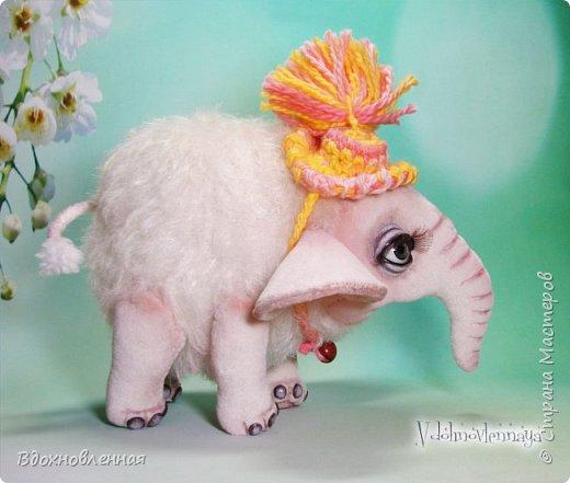 Я очень люблю слоников! Вдохновляюсь я фотографиями слонят в живой природе, сохраняю фото в папочку, а когда проссматриваю - улыбка сама расплывается по лицу и хочется потянуться рукой и дотронуться, и никому не дать в обиду.. Вот в таких эмоциях, и родился у меня слоненок Прошенька. Нежный, почти ванильный, беленький, с розовыми щечками)) Ну прям такой, о котором и мечатала! Проша так мило играл с залетевшими к нам бабочками! Ему было так интересно! Настоящий ребенок, который хочет познавать этот яркий и многоликий мир! И как хочется, что бы на его пути, как и на пути каждого ребенка, было добро и любовь...  У Прошеньки подвижная голова и ножки. Тельце сшито из мохера, а части тела с коротким ворсом - из миништофа. Ноготки на ножках и веки сделаны из натуральной кожи. Хвостик на проволочном каркасе. Люблю этого солнечного ребенка! фото 5