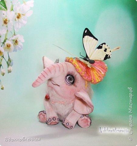 Я очень люблю слоников! Вдохновляюсь я фотографиями слонят в живой природе, сохраняю фото в папочку, а когда проссматриваю - улыбка сама расплывается по лицу и хочется потянуться рукой и дотронуться, и никому не дать в обиду.. Вот в таких эмоциях, и родился у меня слоненок Прошенька. Нежный, почти ванильный, беленький, с розовыми щечками)) Ну прям такой, о котором и мечатала! Проша так мило играл с залетевшими к нам бабочками! Ему было так интересно! Настоящий ребенок, который хочет познавать этот яркий и многоликий мир! И как хочется, что бы на его пути, как и на пути каждого ребенка, было добро и любовь...  У Прошеньки подвижная голова и ножки. Тельце сшито из мохера, а части тела с коротким ворсом - из миништофа. Ноготки на ножках и веки сделаны из натуральной кожи. Хвостик на проволочном каркасе. Люблю этого солнечного ребенка! фото 1