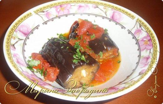 В сезон баклажанов рекомендую приготовить еще одно красивое, летнее блюдо - баклажаны с чесноком и помидорами. Блюдо получается сытное. Рецепт ленивый, готовится очень быстро, все продукты простые, а получается очень-очень вкусно! фото 1