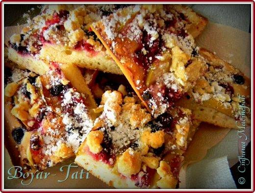 Предлагаю вашему вниманию вкусный пирог на минералке! Попробуйте,не пожалеете)  Ингредиенты: - 0,5 ст. ложки подсолнечного масла  - 1/3 пачки слив.масла - 0,5 стакана минералки  - 2 яйца - 0,5 стакана сахара  - 1 пакетик ванилина  - 2 стакана муки  - 1ч.л. разрыхлителя - 1 среднее яблоко - ягода (у меня малина и черника) фото 1