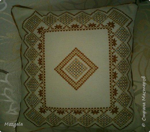 Наволочка на диванную подушку выполнена в новой для меня технике хардангер. Ткань равномерка, нитки Ирис фото 1