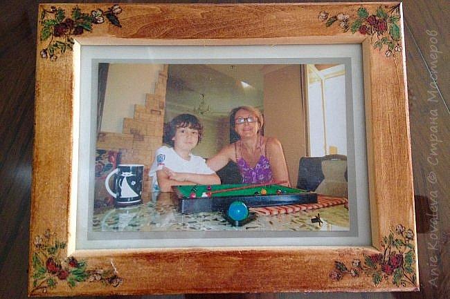 Тоже из старенького (новенькое пока в процессе, надеюсь, будет скоро). Рама Икеа 8х13 (такая же, как выкладывала декорированную джутом), на ней выжжен рисунок клубничка. Рисунок предварительно вырезала на бумаге и использовала это как трафарет. Раскрашено цветными карандашами, покрыто морилкой фото 1