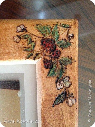 Тоже из старенького (новенькое пока в процессе, надеюсь, будет скоро). Рама Икеа 8х13 (такая же, как выкладывала декорированную джутом), на ней выжжен рисунок клубничка. Рисунок предварительно вырезала на бумаге и использовала это как трафарет. Раскрашено цветными карандашами, покрыто морилкой фото 2