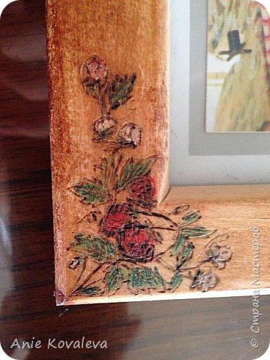 Тоже из старенького (новенькое пока в процессе, надеюсь, будет скоро). Рама Икеа 8х13 (такая же, как выкладывала декорированную джутом), на ней выжжен рисунок клубничка. Рисунок предварительно вырезала на бумаге и использовала это как трафарет. Раскрашено цветными карандашами, покрыто морилкой фото 4