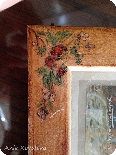 Тоже из старенького (новенькое пока в процессе, надеюсь, будет скоро). Рама Икеа 8х13 (такая же, как выкладывала декорированную джутом), на ней выжжен рисунок клубничка. Рисунок предварительно вырезала на бумаге и использовала это как трафарет. Раскрашено цветными карандашами, покрыто морилкой фото 5