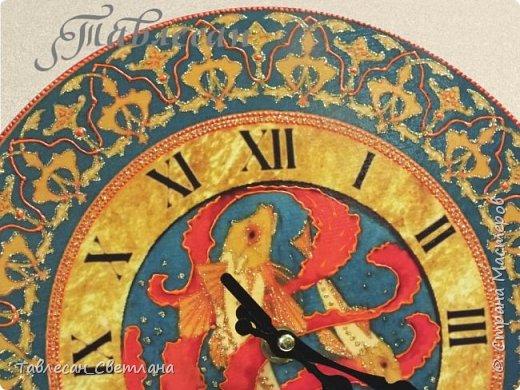 """Здравствуйте, дорогие жители Страны Мастеров!  Давно не выкладывала своих работ) Собралось довольно много разного.. Тут соберу часы из последнего невыложенного. Техники смешанные, роспись акриловыми контурами, жидким жемчугом, 3D-гелем, витражными красками  1. Часы настенные """"Арабеска"""" в восточном стиле в красных тонах фото 31"""