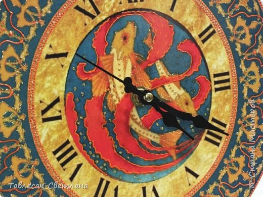 """Здравствуйте, дорогие жители Страны Мастеров!  Давно не выкладывала своих работ) Собралось довольно много разного.. Тут соберу часы из последнего невыложенного. Техники смешанные, роспись акриловыми контурами, жидким жемчугом, 3D-гелем, витражными красками  1. Часы настенные """"Арабеска"""" в восточном стиле в красных тонах фото 33"""