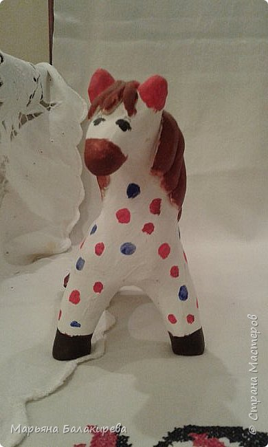 Я слепила вот такую лошадку из белой глины. Должен был получится конь, а поучилась вот такая милая лошадка. фото 1