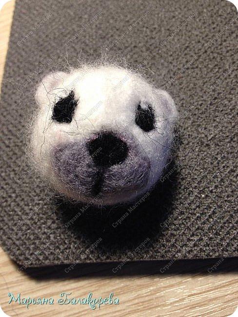 Сегодня мы будем делать вот такую голову для медвежонка Умки. Нам понадобиться : игла для валяния ( изнутри и снаружи) , белая , черная, и серая шерсть ( любая ) . фото 4