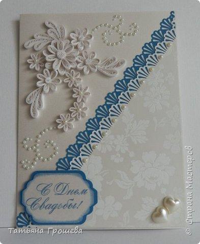 Представляю вашему вниманию очередную свадебную открыточку. На этот раз в сочетании синего цвета и цвета айвори, т.к.в этих цветах была задумана свадьба одной милой девушки, с которой я вместе работаю. Мы с подругами заказали ей в подарок цветочную коробочку и в комплект к этой коробочке я сделала открытку. И коробочку, и открытку невесте в день свадьбы, незадолго до приезда жениха, привез молодой и симпатичный курьер. В общем невеста осталась очень довольна нашим подарком :))) фото 1