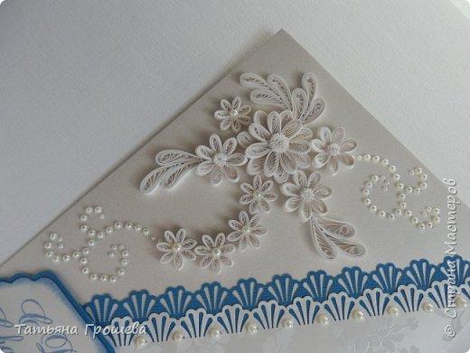 Представляю вашему вниманию очередную свадебную открыточку. На этот раз в сочетании синего цвета и цвета айвори, т.к.в этих цветах была задумана свадьба одной милой девушки, с которой я вместе работаю. Мы с подругами заказали ей в подарок цветочную коробочку и в комплект к этой коробочке я сделала открытку. И коробочку, и открытку невесте в день свадьбы, незадолго до приезда жениха, привез молодой и симпатичный курьер. В общем невеста осталась очень довольна нашим подарком :))) фото 2