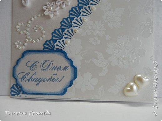 Представляю вашему вниманию очередную свадебную открыточку. На этот раз в сочетании синего цвета и цвета айвори, т.к.в этих цветах была задумана свадьба одной милой девушки, с которой я вместе работаю. Мы с подругами заказали ей в подарок цветочную коробочку и в комплект к этой коробочке я сделала открытку. И коробочку, и открытку невесте в день свадьбы, незадолго до приезда жениха, привез молодой и симпатичный курьер. В общем невеста осталась очень довольна нашим подарком :))) фото 3