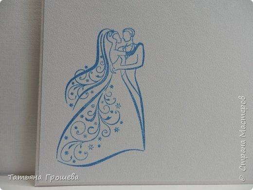 Представляю вашему вниманию очередную свадебную открыточку. На этот раз в сочетании синего цвета и цвета айвори, т.к.в этих цветах была задумана свадьба одной милой девушки, с которой я вместе работаю. Мы с подругами заказали ей в подарок цветочную коробочку и в комплект к этой коробочке я сделала открытку. И коробочку, и открытку невесте в день свадьбы, незадолго до приезда жениха, привез молодой и симпатичный курьер. В общем невеста осталась очень довольна нашим подарком :))) фото 6