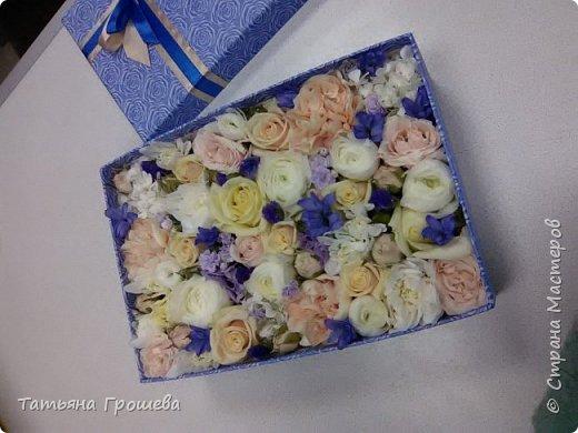 Представляю вашему вниманию очередную свадебную открыточку. На этот раз в сочетании синего цвета и цвета айвори, т.к.в этих цветах была задумана свадьба одной милой девушки, с которой я вместе работаю. Мы с подругами заказали ей в подарок цветочную коробочку и в комплект к этой коробочке я сделала открытку. И коробочку, и открытку невесте в день свадьбы, незадолго до приезда жениха, привез молодой и симпатичный курьер. В общем невеста осталась очень довольна нашим подарком :))) фото 8
