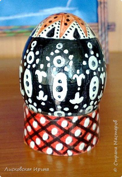 Нашла старые работы. Этим пасхальным яйцам уже почти 10 лет. Сфотографировать хорошо не получилось, всё бликует... Рисунок собственного настроения. фото 2