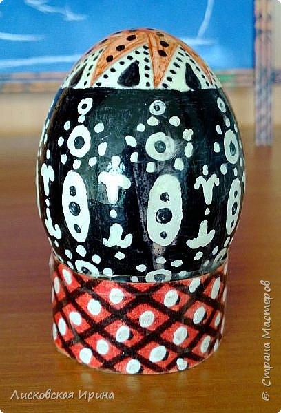 Нашла старые работы. Этим пасхальным яйцам уже почти 10 лет. Сфотографировать хорошо не получилось, всё бликует... Рисунок собственного настроения. фото 1