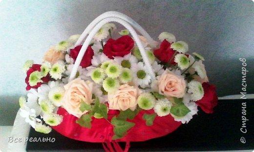 Вот такая сумочка с живыми цветами у меня получилась,Сумочку делала из картонной коробки и обтягивала тканью. фото 2