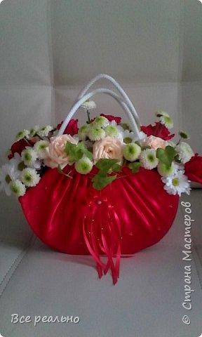Вот такая сумочка с живыми цветами у меня получилась,Сумочку делала из картонной коробки и обтягивала тканью. фото 1