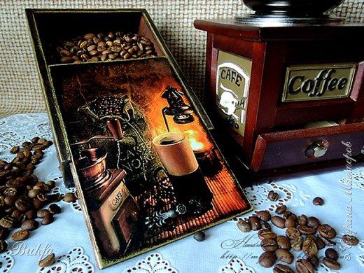 Всем доброго здоровья! У меня сегодня с утра вкусно-превкусно пахнет кофе! Правда, я пью его только с молоком, но запах черного кофе - один из любимых моих запахов. Вот решила сделать для друга мужа, который снабжает меня коробочками, вот такими,как эта, подарок - коробочку для кофе.