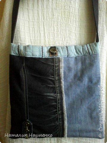 Давно вызревала необходимость пошива джинсовой сумки с длинной ручкой. Наконец-то, к концу лета, идея и воплощение как-то договорились между собой, и сумка появилась. Вид спереди. фото 1