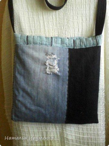 Давно вызревала необходимость пошива джинсовой сумки с длинной ручкой. Наконец-то, к концу лета, идея и воплощение как-то договорились между собой, и сумка появилась. Вид спереди. фото 2
