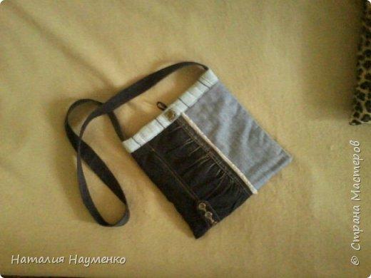 Давно вызревала необходимость пошива джинсовой сумки с длинной ручкой. Наконец-то, к концу лета, идея и воплощение как-то договорились между собой, и сумка появилась. Вид спереди. фото 3