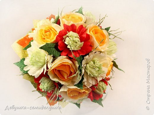 Букет «Осеннее настроение» - яркая солнечная композиция из микса цветов: золото осени, сочетание желтых, оранжевых, красных тонов на фоне зелени. Яркие розы напоминают ушедшее лето с его жарким солнцем, зелень хризантем так схожа с сочной молодой травой на лужайке, а насыщенный красный похож на закатное небо. фото 2