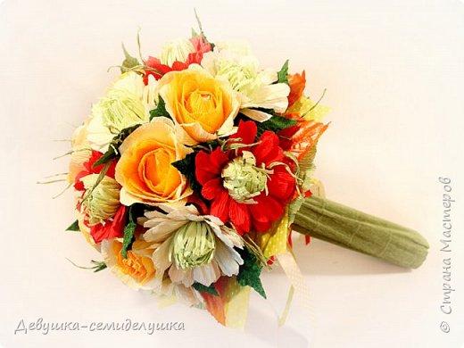 Букет «Осеннее настроение» - яркая солнечная композиция из микса цветов: золото осени, сочетание желтых, оранжевых, красных тонов на фоне зелени. Яркие розы напоминают ушедшее лето с его жарким солнцем, зелень хризантем так схожа с сочной молодой травой на лужайке, а насыщенный красный похож на закатное небо. фото 3