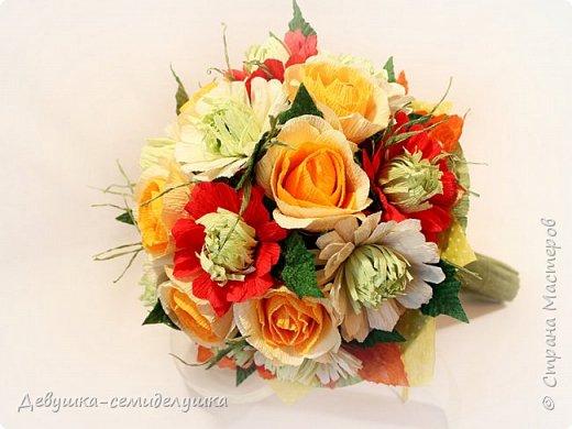 Букет «Осеннее настроение» - яркая солнечная композиция из микса цветов: золото осени, сочетание желтых, оранжевых, красных тонов на фоне зелени. Яркие розы напоминают ушедшее лето с его жарким солнцем, зелень хризантем так схожа с сочной молодой травой на лужайке, а насыщенный красный похож на закатное небо. фото 4