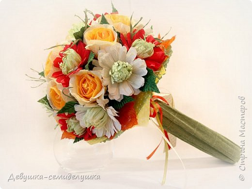 Букет «Осеннее настроение» - яркая солнечная композиция из микса цветов: золото осени, сочетание желтых, оранжевых, красных тонов на фоне зелени. Яркие розы напоминают ушедшее лето с его жарким солнцем, зелень хризантем так схожа с сочной молодой травой на лужайке, а насыщенный красный похож на закатное небо. фото 1