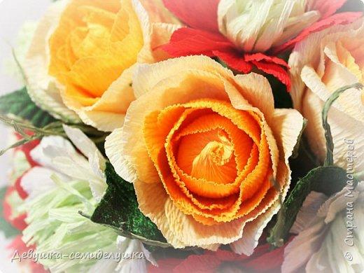 Букет «Осеннее настроение» - яркая солнечная композиция из микса цветов: золото осени, сочетание желтых, оранжевых, красных тонов на фоне зелени. Яркие розы напоминают ушедшее лето с его жарким солнцем, зелень хризантем так схожа с сочной молодой травой на лужайке, а насыщенный красный похож на закатное небо. фото 5
