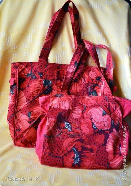 """Здравствуйте, дорогие мастерицы! В это жаркое лето у меня появились две яркие легкие сумки. Увидела в магазине дивный лен с маками и вдруг поймала себя на мысли, что если не куплю, потом очень пожалею. Так как платье из него я себе плохо представляла, взяла отрез на сумки и быстренько, пока было желание, принялась за дело. Вышли две сумки простого кроя, без складок и защипов, чтобы зрительно не """"ломать"""" чудесный рисунок и прекрасные маки не потеряли свою красоту. фото 1"""